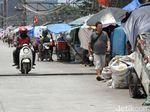 Bangunan Liar dan Sampah Plastik Berjejer di Bantaran BKB