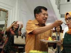Terima Kue hingga Disuapi, Ini Momen Mesra Mufidah Kalla dan Jusuf Kalla