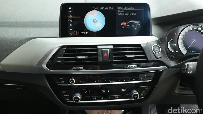 Head unit pada BMW X3. Foto: Dina Rayanti