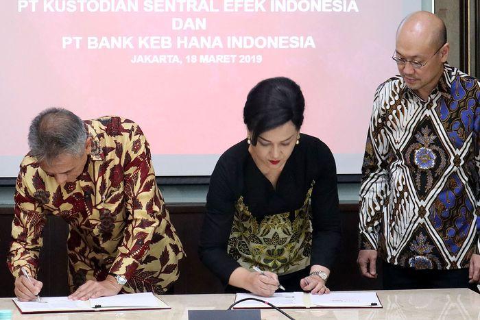Dengan ditekennya perjanjian ini berarti Bank KEB Hana resmi menjadi bank kustodian di Indonesia. Foto: dok. KSEI