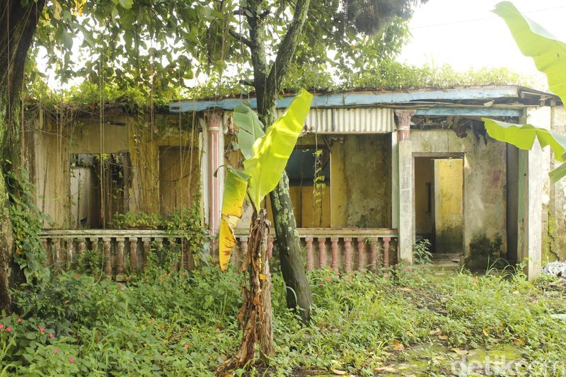 Berglust memiliki hotel dan kolam renang yang amat mahsyur pada masanya di tengah kota militer, Cimahi. Namun kini hanya tinggal kenangan saja. (Yudha Maulana/detikTravel)