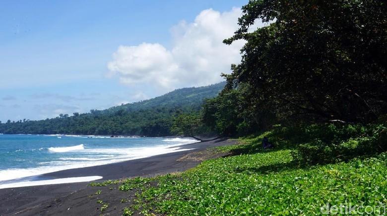 Pantai yang terletak tidak jauh dari Hutan Tangkoko (Wahyu/detikcom)
