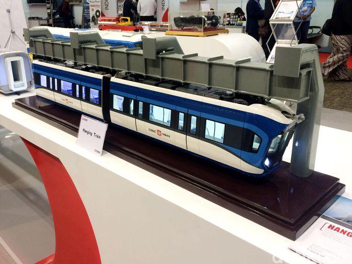 Kereta gantung ini bernama Suspended Monorail Vehicle dan baru diproduksi dua tahun lalu.