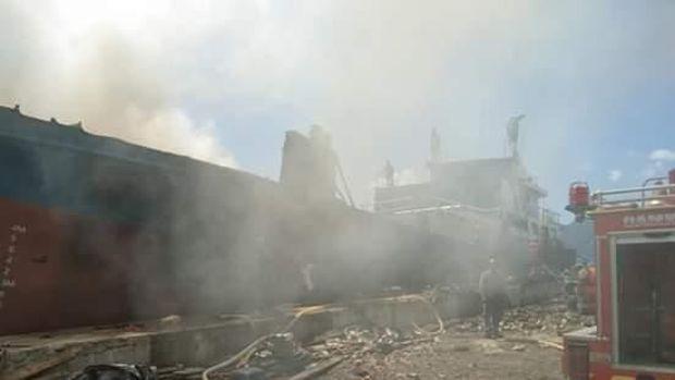 Penampakan kapal kargo di Teluk Ambon yang terbakar.