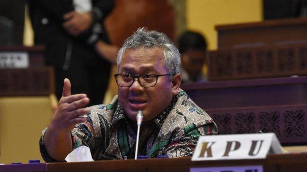 Ketua KPU Arief Budiman meminta masyarakat sabar menanti hasil resmi Pemilu 2019 dair pihaknya.