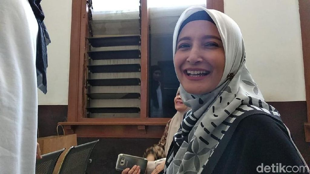 Kisah Haru Inneke Koesherawati Bawa Anak Temui Suami di Lapas