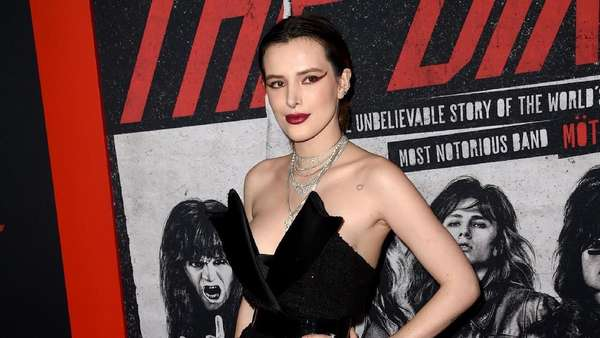 Seksinya Bella Thorne dengan Mini Dress Hitam