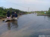 Jalan di Desa Gedong Karya, Kecamatan Kumpe, Muaro Jambi, Jambi tergenang. Akibatnya akses jalan penghubung antar desa terputus.