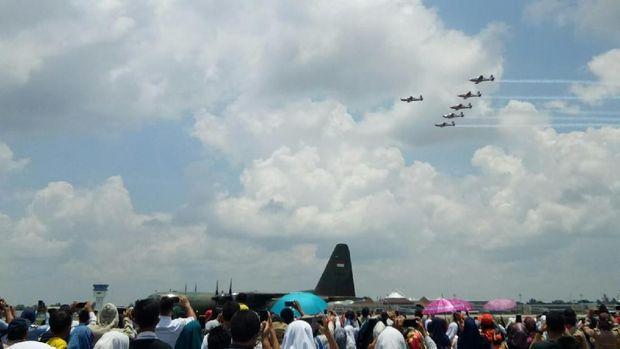 Warga Palembang nampak antusias menyaksikan JAT TNI AU beratraksi.