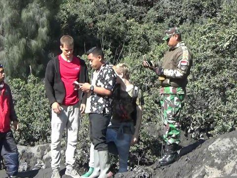 Dua wisatawan Jerman di Bromo