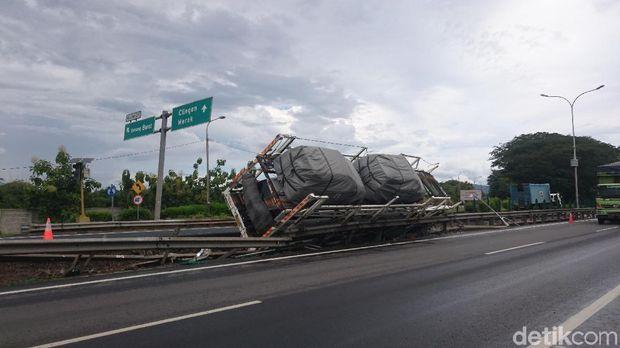 Truk pengangkut mobil baru terguling di KM 76, Serang, ruas Tol Tangerang-Merak.