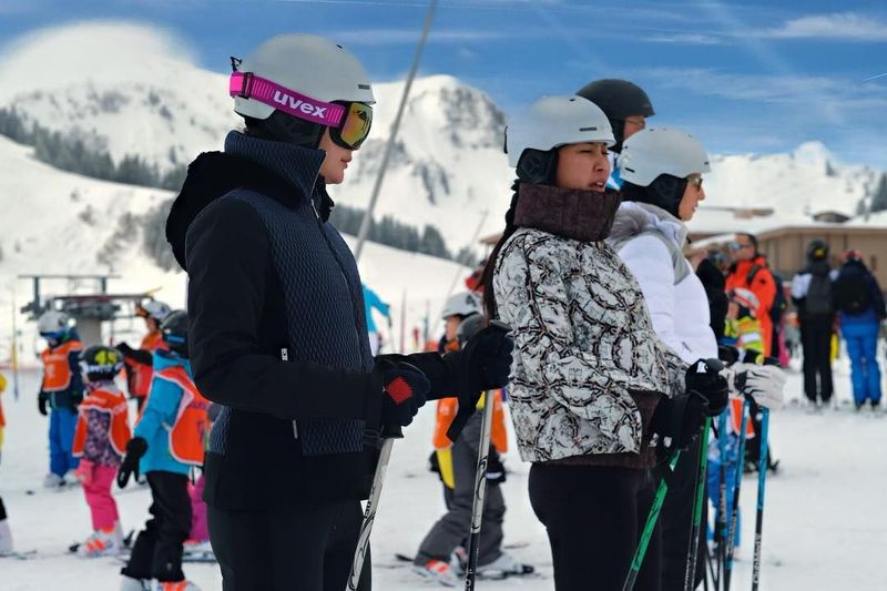 Untuk melupakan kesedihan, Luna Maya menghabiskan waktu dengan main ski. Dia terlihat serius saat akan menjajal main ski untuk pertama kalinya. (Instagram/@lunamaya)