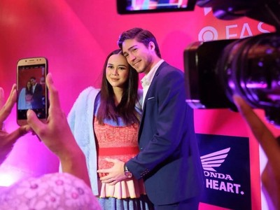 5 Potret Gaun Hamil Aura Kasih Saat Hadiri Insert Fashion Awards