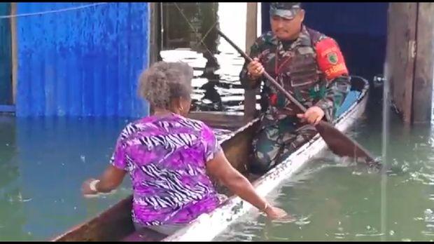 Dramatis! Korban Banjir Sentani Dievakuasi Lewati Titian Balok