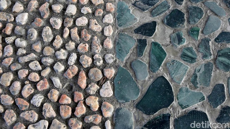 Batu bacan yang jadi jembatan (Agung Pambudhy/detikcom)