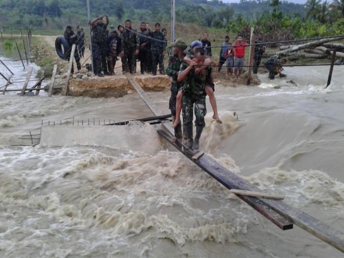 Proses evakuasi korban banjir Sentani (Foto: dok. Kodam XVII/Cenderawasih)