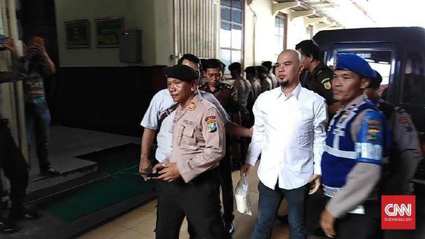 Ahmad Dhani disebut datang ke PN Surabaya dengan membawa nasi bungkus.