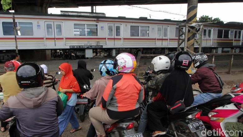 Hati-hati! Masih Ada Jalur Perlintasan KA Tak Berpalang di Kranji