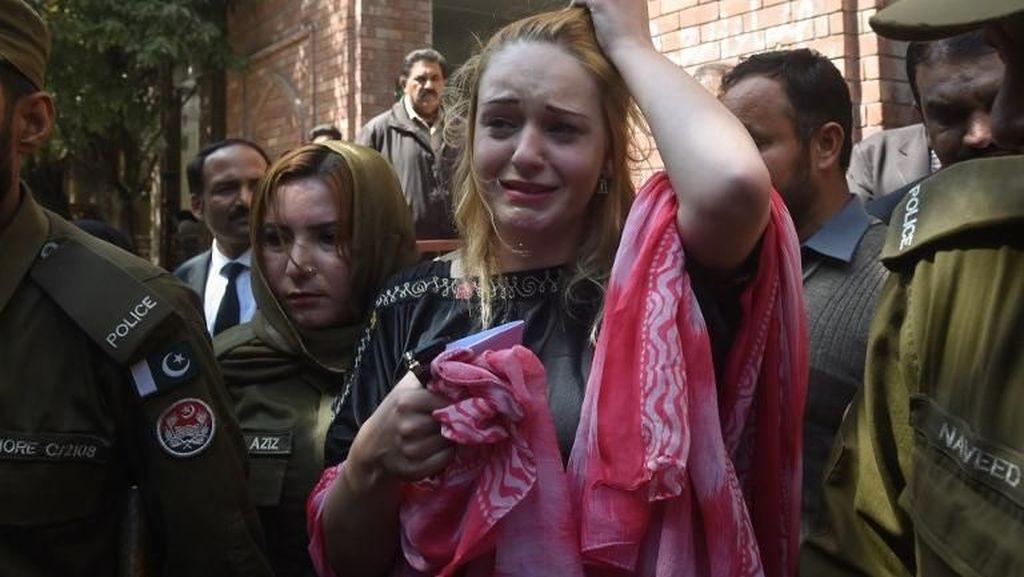 Foto: Wajah Mewek Model Cantik, Dulu Senyum saat Ditangkap karena Narkoba