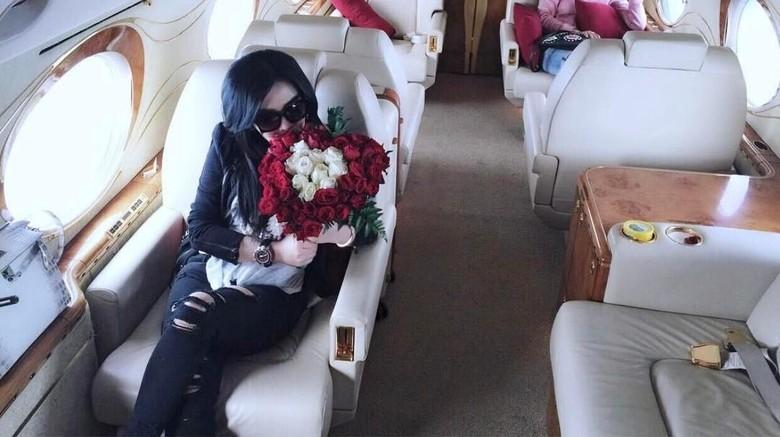 Syahrini di atas jet pribadi (princessyahrini/Instagram)