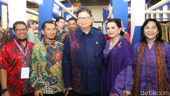 Menperin Airlangga Hartarto, Dirjen IKMA Gati W, Ketua Pameran Adiwastra, Yantie Airlangga di stand binaan PT Pupuk Indonesia/Dok: Kemenperin