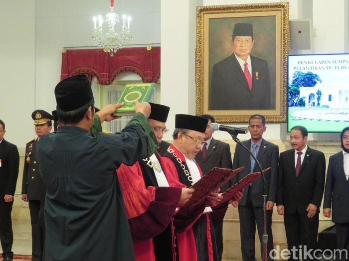 Foto: Presiden Joko Widodo menyaksikan sumpah jabatan Aswanto dan Wahiduddin Adams sebagai hakim konstitusi. (Noval-detikcom)
