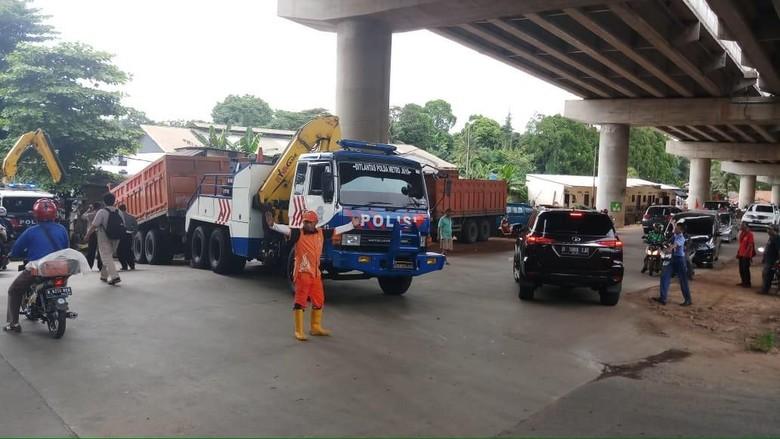Evakuasi Truk Pasir Terperosok ke Kali di Cilandak, Lalin Macet