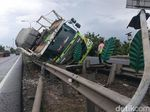 Truk Pengangkut Mobil Terguling di Tol Serang Arah Merak