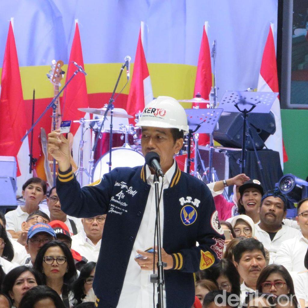 Jokowi Pamer Kartu Pra Kerja ke Pendukung