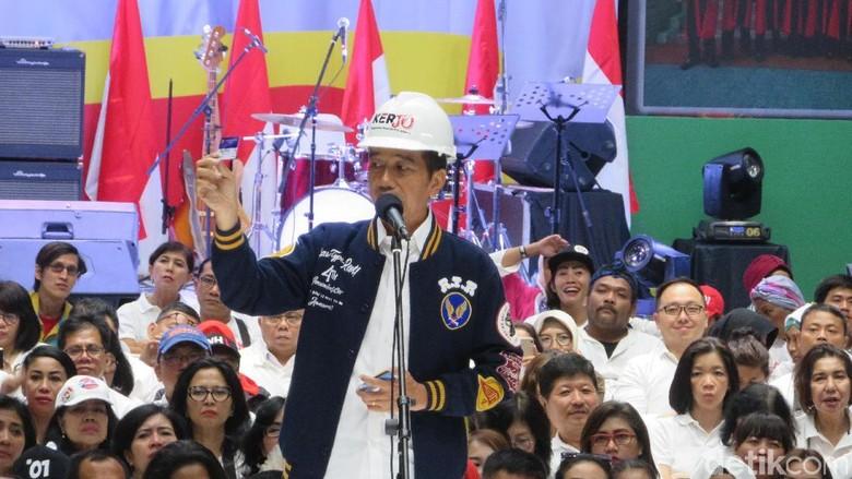 Jokowi Pamer Kartu Pra-Kerja ke Pendukung
