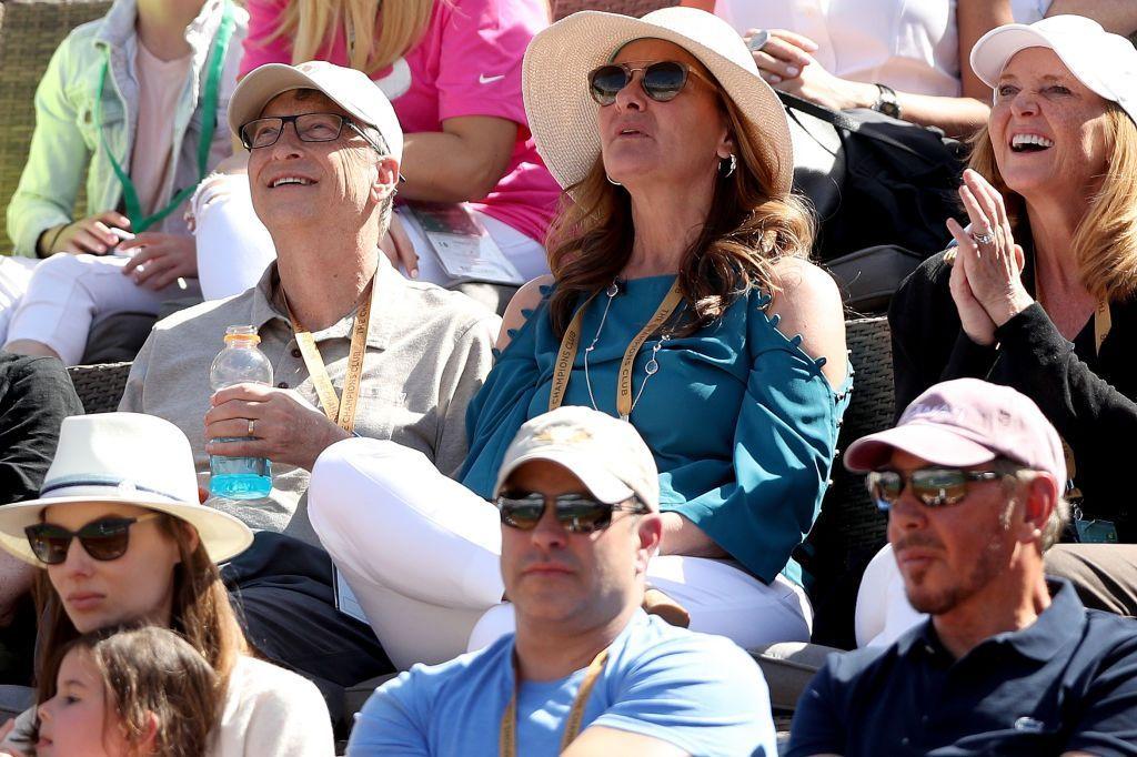 Bill Gates baru-baru ini menonton tenis BNP Parisbas Open di Indian Wells, California. Ia bersama sang istri, Melinda, berada di tribun VIP. Tampak di bagian bawah paling kanan, ada pendiri Oracle, Larry Ellison, yang juga seorang penikmat tenis. Foto: Getty Images