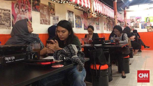 Pengunjung menunggu sajian daging panggang ala kaki lima Korea.