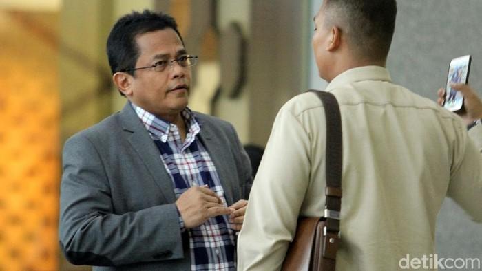 Sekjen DPR Indra Iskandar diperiksa KPK terkait kasus suap Dana Alokasi Khusus (DAK) Kabupaten Kebumen. Ia diperiksa sebagai saksi untuk anggota DPR F-PAN Sukiman.