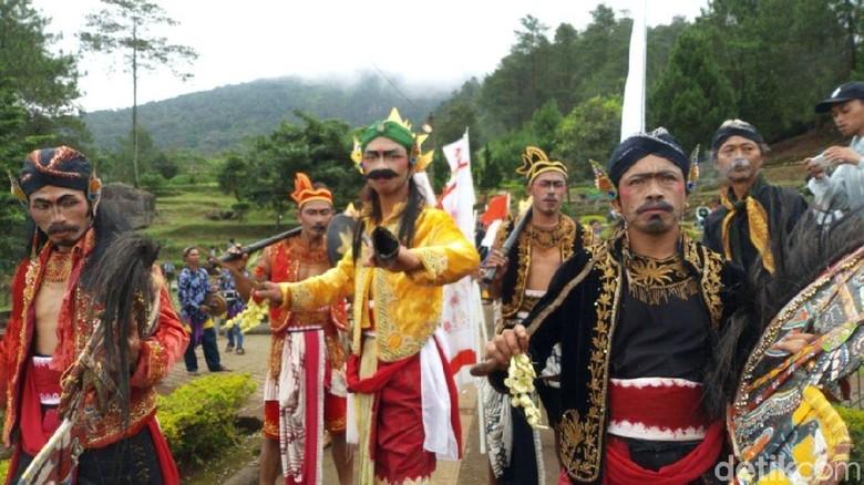 Kirab air suci dan ruwatan Candi Gedong Songo mengawali Festival Candi Gedong Songo (Aji Kusuma/detikcom)