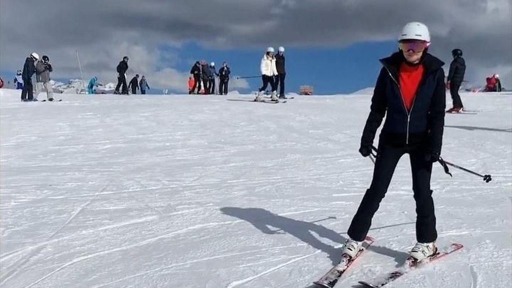 Foto: Gaya Luna Maya Main Ski di Prancis, Boleh Juga!