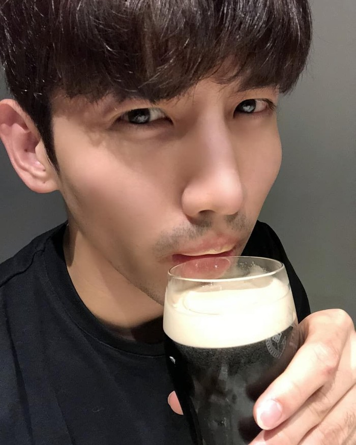 Shim Chang-min, atau akrab disapa Changmin. Dikenal sebagai penyanyi sekaligus aktor. Lewat akun Instagramnya, ia sering mengunggah momennya saat makan atau ngumpul bersama teman. Foto: Instagram @changmin88