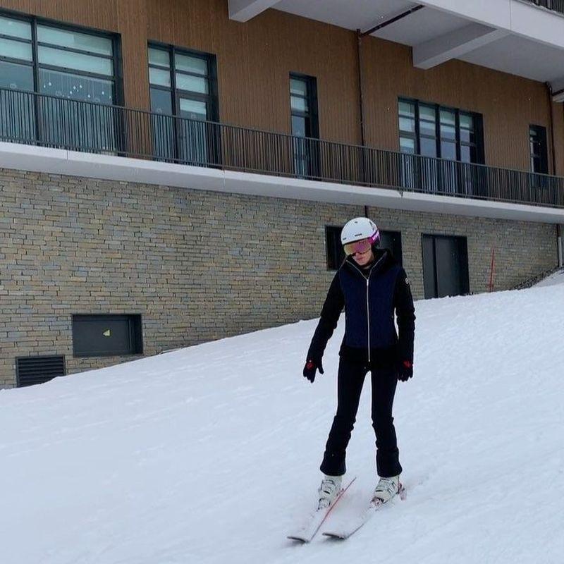 Luna Maya terlihat ingin bergembira dan melupakan kesedihannya ditinggal nikah Reino Barack dengan main ski di Prancis. Di sana dia menginap di Club Med Grand Massif Samoens Morillon yang mewah. (Instagram/@lunamaya)