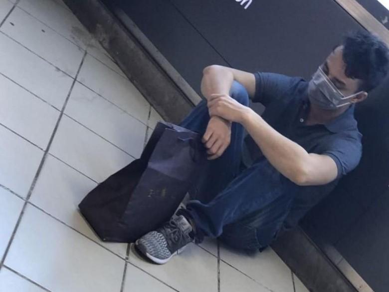 Pria Mirip Suami Lucinta Luna Terlihat Ngemper di Stasiun Kereta