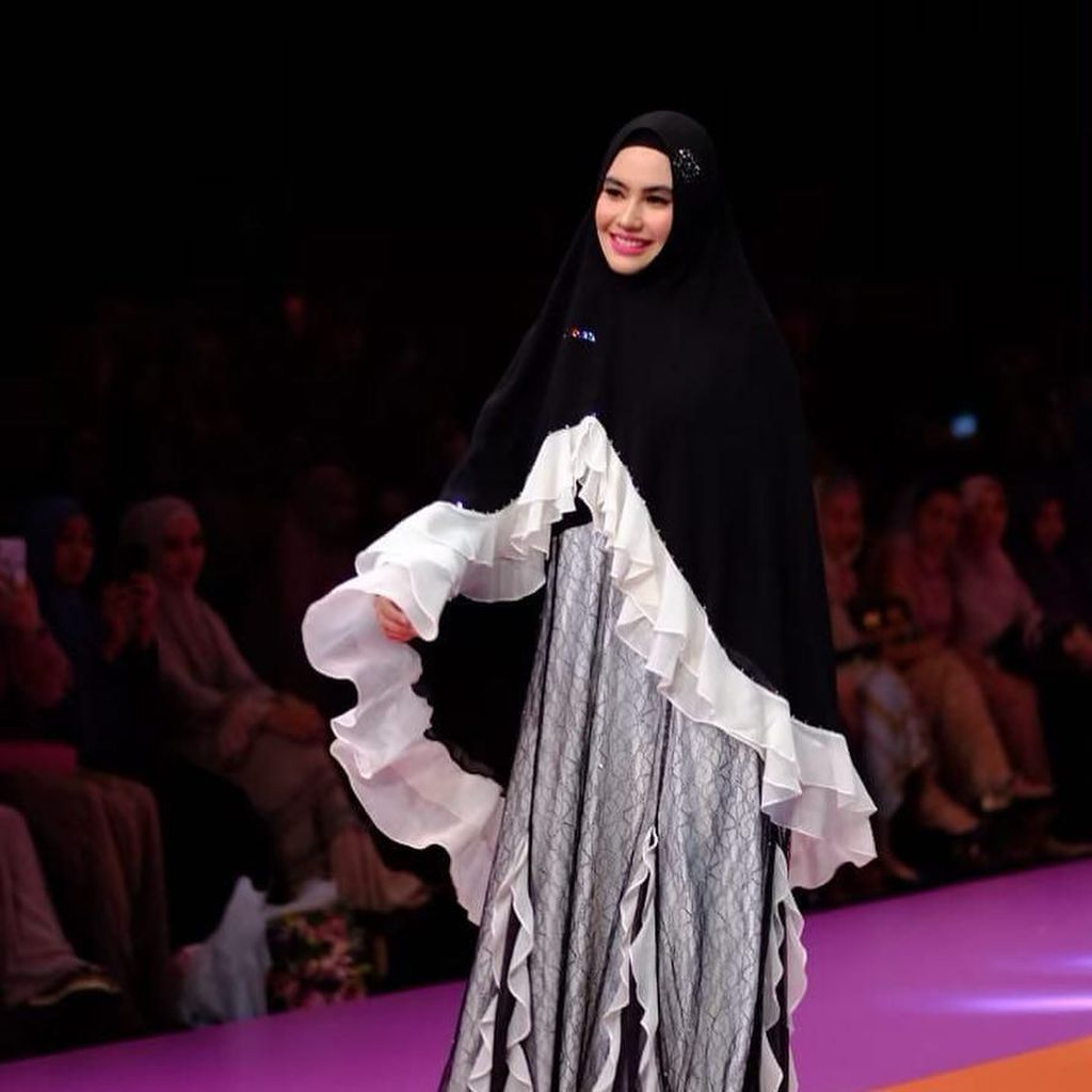 Lenggak-lenggok di Fashion Show, Kartika Putri Diizinkan Habib Usman