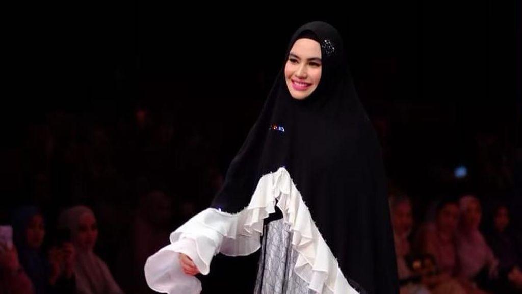 Masih Proses Hijrah, Kartika Putri Diizinkan Suami Jadi Model Catwalk