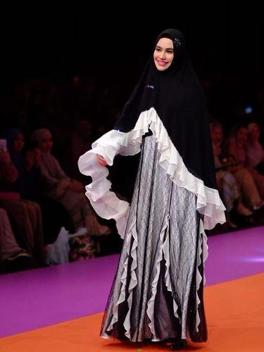 Kartika Putri jadi model fashion show.