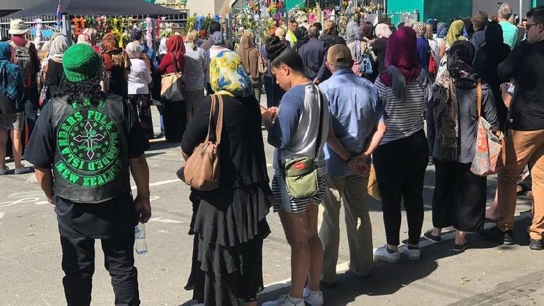 Lindungi Muslim Salat Jumat, Warga New Zealand Bikin Rantai Manusia
