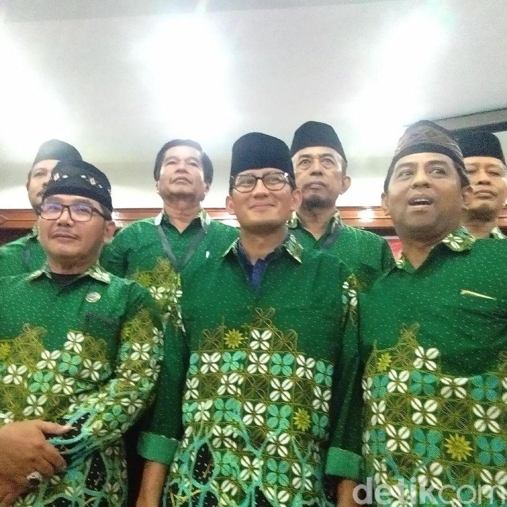 Cerita Sandiaga Diberi Baju Kebesaran Muhammadiyah Yogya