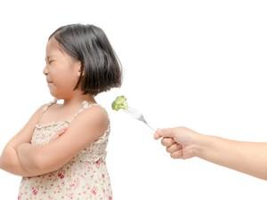 Sedang Tren Pukul Boneka Agar Anak Mau Makan