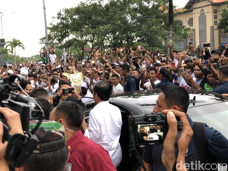 Dicegat Warga Denpasar untuk Salaman, Jokowi Keluar dari Mobil