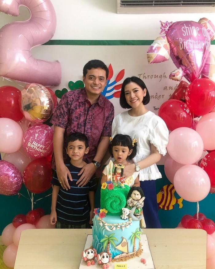 Azima atau akrab disapa Mima sudah dikaruniai dua anak lucu. Ini momen ketika anak keduanya, Naila hendak tiup lilin kue ulang tahun. Foto: Instagram mimaaa
