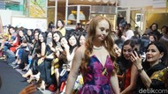 Aksi Madeline Stuart, Model Down Syndrome Pertama, Fashion Show Alleira Batik
