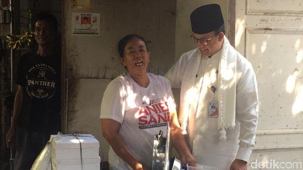 Anies Tegur Ibu Salam Dua Jari Saat Kunjungan di Kepulauan Seribu