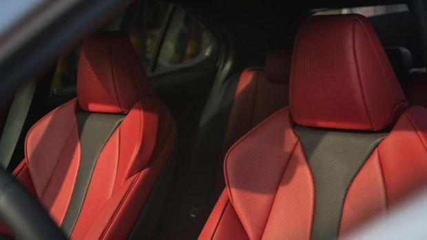 Lexus UX bisa menampung 5 penumpang.