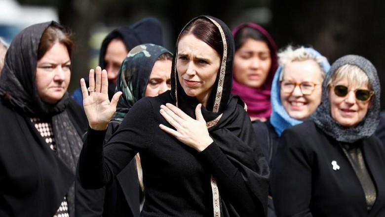 Kaum wanita New Zealand ramai-ramai mengenakan kerudung sebagai aksi solidaritas dan pernyataan sikap damai untuk umat muslim.